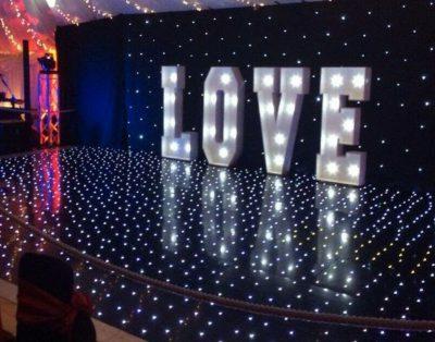 Napis LOVE z podświetleniem LED
